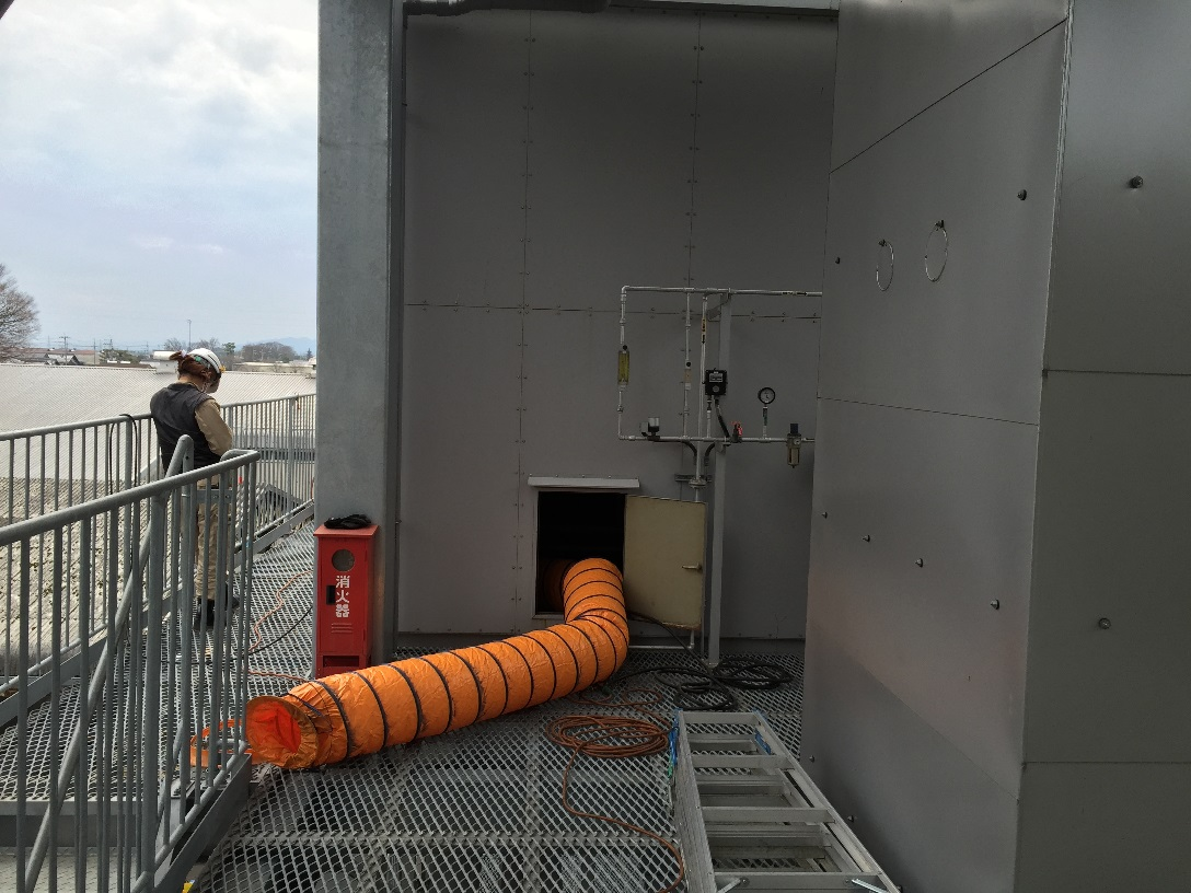 近傍に消火器、消化バケツを準備の上、ろう付けにて補修作業